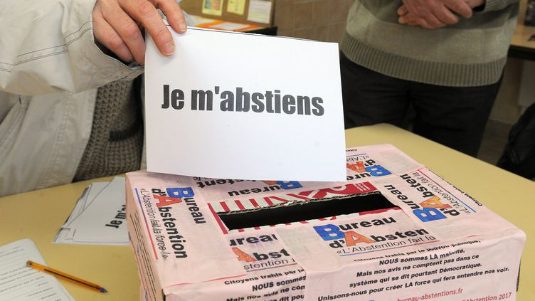 Un bureau abstentionniste à Villerversure dans l'Ain, le 7 mai 2017. (MAXPPP)