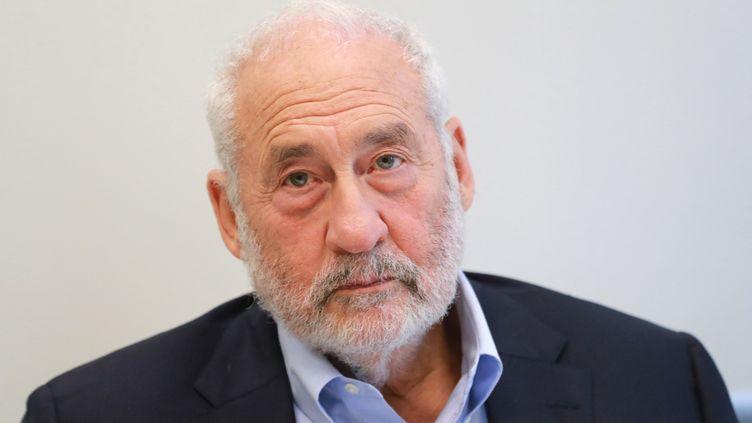 Le prix Nobel d'économie Joseph Stiglitz lors d'une conférence de presse, le 19 septembre 2019, à Paris. (JACQUES DEMARTHON / AFP)