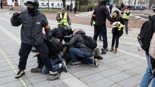 """Un manifestant arrêté par des policiers en marge d'un rassemblement de """"gilets jaunes"""", le 29 décembre à Nantes (Loire-Atlantique). (JEREMIE LUSSEAU / HANS LUCAS / AFP)"""