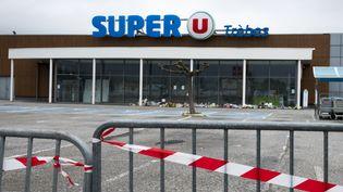 Le Super U de Trèbes (Aude), le 6 avril 2018, 14 jours après l'attentat qui a fait trois morts. (ERIC CABANIS / AFP)