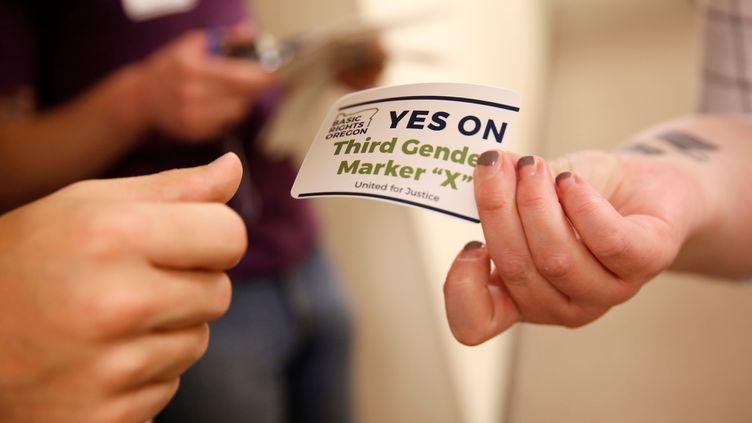 Des stickers distriubués le 10 mai 2017 dans l'Oregon (Etats-Unis) pour la reconnaissance d'un troisième sexe. (TERRAY SYLVESTER / REUTERS)