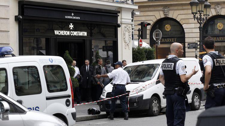 La police sécurise la zone d'une joaillerie après un braquage, le 4 octobre 2013 à Paris. (THOMAS SAMSON / AFP)