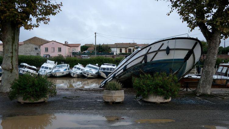 Un bateau renversé par les inondations à Trèbes (Aude), le 16 octobre 2018. (ERIC CABANIS / AFP)