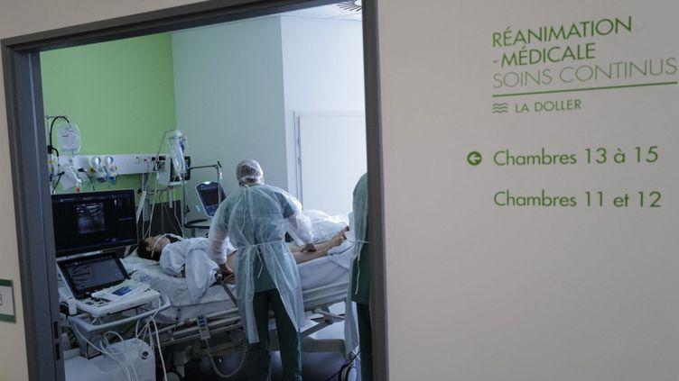 Des membres du personnel médical s'occupent d'un patient atteint du Covid-19 dans le service de réanimation de l'hôpital Pasteur, à Colmar (Haut-Rhin), le 22 avril 2021. (SEBASTIEN BOZON / AFP)