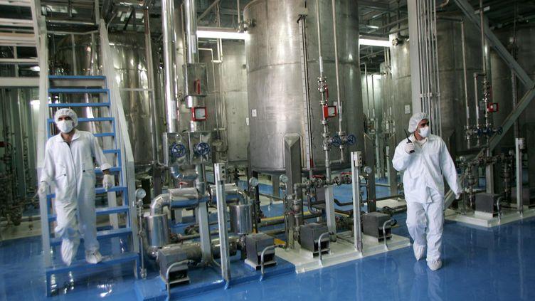 Des techniciens dans une centre de conversion d'uranium à 420 km de Téhéran (Iran) en 2005. (BEHROUZ MEHRI / AFP)