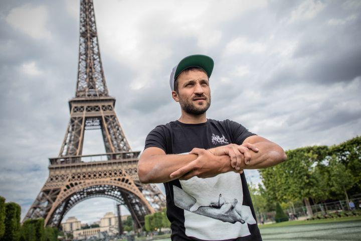 Saype au pied de la Tour Eiffel pour présenter Beyond Walls. (AURELIEN MORISSARD / MAXPPP)
