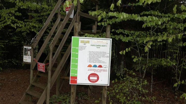 Toutes les activités touristiques, comme ce parc d'accrobranche de Mont-Dore (Puy-de-Dôme), devront prendre des mesures sanitaires face au Covid-19. (MARC GAVERNES / RADIO FRANCE)