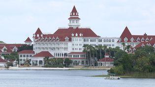 Des sauveteurs recherchent le corps d'un petit garçon de 2 ans happé par un alligatorsur la plage d'un lac artificiel, sur le domaine de Disney World en Floride (Etats-Unis), le 15 juin 2016. (GREGG NEWTON / AFP)