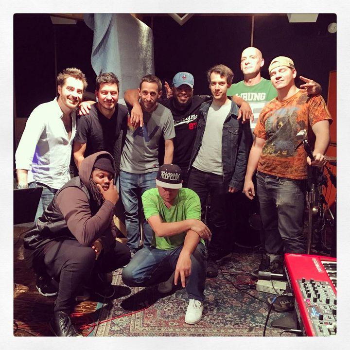 """Rockin Squat, en T-shirt vert au centre, entouré des musiciens avec lesquels il a réalisé à New York son album """"432"""" accordé en 432 Hertz. (TOUS DROITS RESERVES)"""