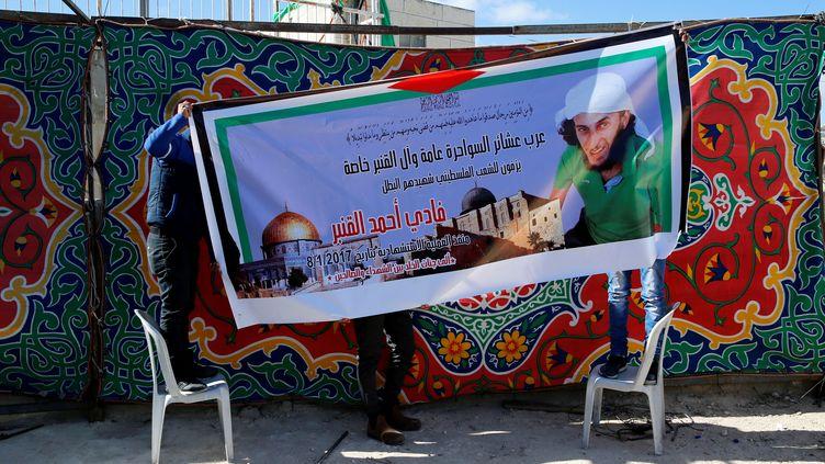 Une affiche représentant Fadi al-Qanbar, l'auteur de l'attaque mortelle au camion-bélier à Jérusalem, le 8 janvier 2017, décrochée dans son quartier d'origine,Jabel Mukaber. (? AMMAR AWAD / REUTERS / X90085)