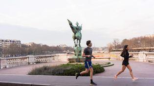 Des joggeurs à Paris, pendant le confinement. (MASHA MOSCONI / HANS LUCAS / AFP)
