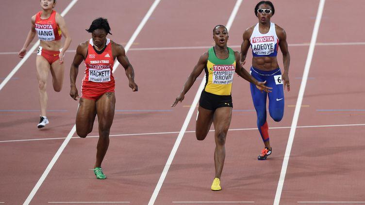 L'image est surréaliste : deux athlètes dans un même couloir sur un... 200m ! (PEDRO UGARTE / AFP)