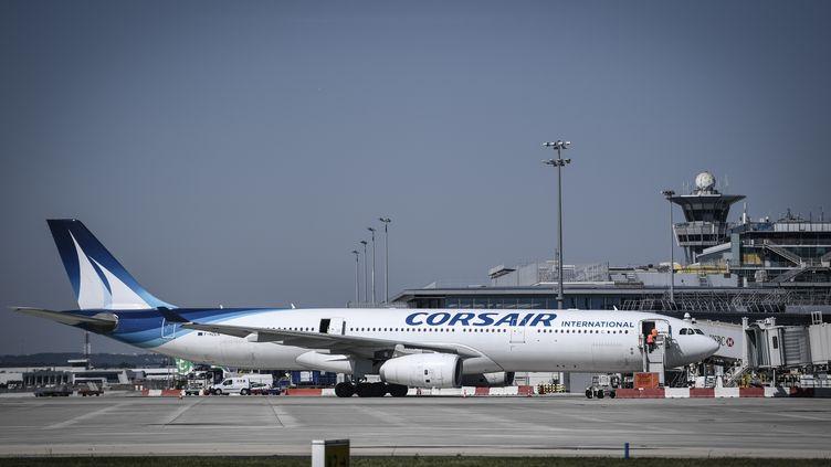 Un avion de la compagnie Corsair sur le tarmac de l'aéroport d'Orly (Val-de-Marne), près de Paris, le 24 juin 2020. (STEPHANE DE SAKUTIN / AFP)