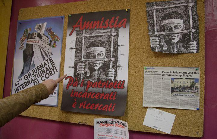 """Une affiche """"l'amnistie pour les patriotes recherchés et incarcérés"""", le 20 janvier 2016 dans le local de Sulidarita à Ajaccio (Corse-du-Sud). (THOMAS BAIETTO / FRANCETV INFO)"""