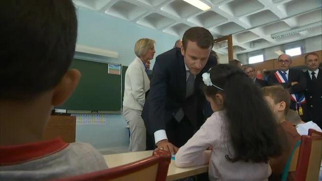 VIDEO. Emmanuel Macron aide une élève à faire son addition