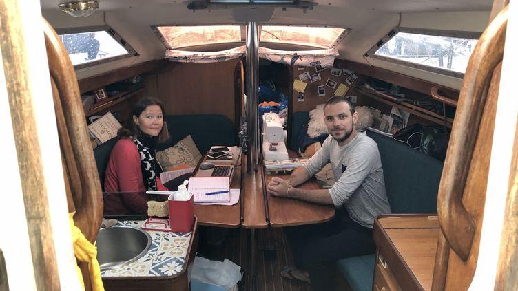 Amandine et Raphaël vivent dans un bateau pendant le confinement, dans le port d'Ajaccio, avril 2020. (NOEMIE BONNIN / RADIO FRANCE)