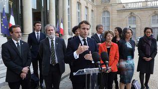 Emmanuel Macron après sa rencontre avec des experts de l'IPBES, dans la cour de l'Elysée, lundi 6 mai. (LUDOVIC MARIN / AFP)