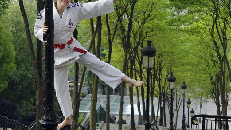 La championne olympique de judo Marie-Claire Restoux prend la pose à Montmartre (Paris), le 22 juin 2005. (ERIC FEFERBERG / AFP)