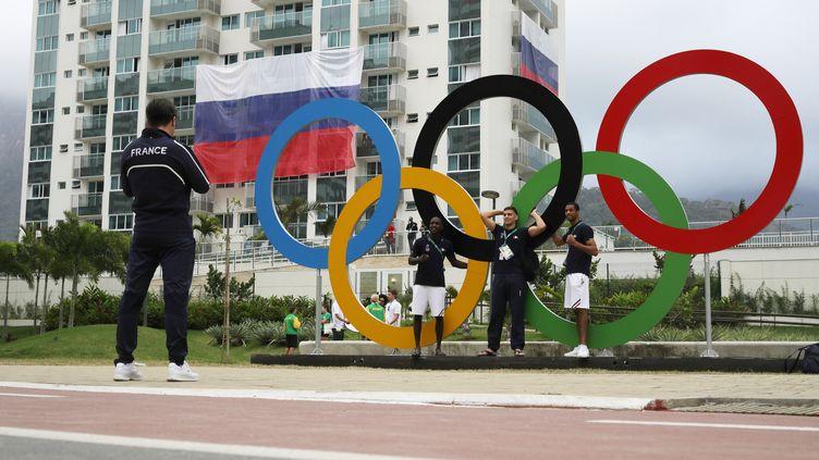 Des athlètes français posent devant les anneaux olympiques. (MICHAEL KAPPELER / DPA)