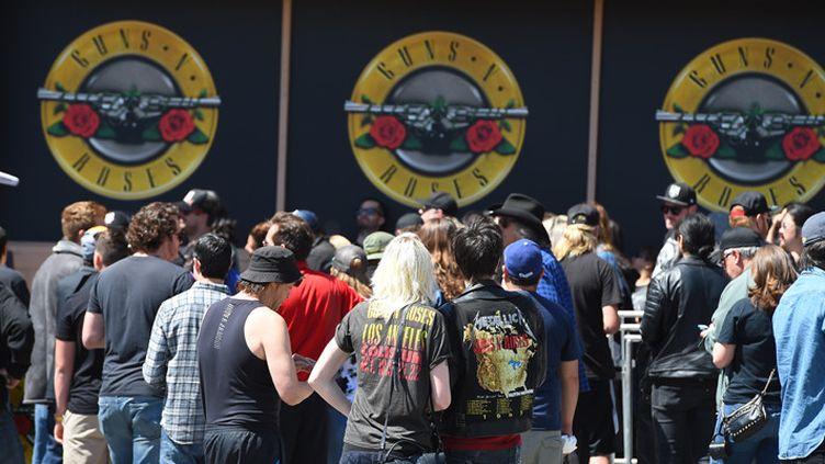 Les fans des Guns N' Roses patientent devant le Tower Records building pour acheter des places pour le concert de Guns N' Roses programmé le soir même au Troubadour, à West Hollywood (1er avril 2016)  (Robyn Beck / AFP)