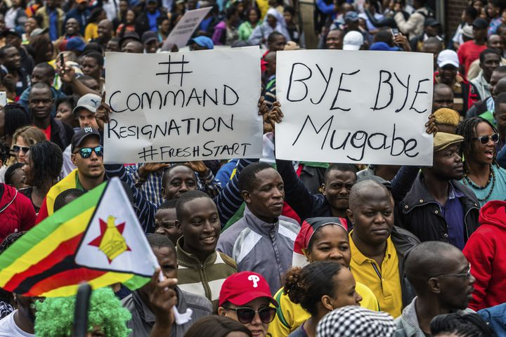 Des manifestants réclament la démission de Robert Mugabe, samedi 18 novembre 2017, à Harare, au Zimbabwe. (JEKESAI NJIKIZANA / AFP)