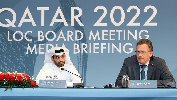 Le responsable de l'organisation de la Coupe du monde 2022 au Qatar, Hassan Al-Thawadi (à gauche), et le secrétaire général de la Fifa, Jérôme Valcke, le 25 février 2015. (KARIM JAAFAR / AFP)