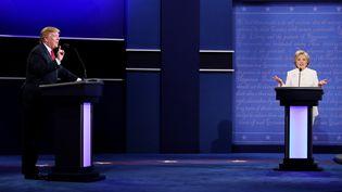 Les candidats Donald Trump et Hillary Clinton lors du troisième et dernier débat de la présidentielle américaine, à Las Vegas (Nevada), le 19 octobre 2016. (DREW ANGERER / GETTY IMAGES NORTH AMERICA / AFP)