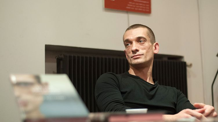 """Piotr Pavlenski avant sa fuite de Russie. Ici à Paris en octobre 2016, pour la présentation du livre """"Le Cas Pavlenski"""" (Louison Edition). (MARTINI VIRGILIO/SIPA)"""