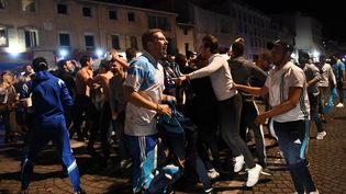 Des supporters de l'Olympique de Marseille fêtent la qualification de leur club pour la finale de la Ligue Europa, le 3 mai 2018, sur le Vieux Port. (ANNE-CHRISTINE POUJOULAT / AFP)