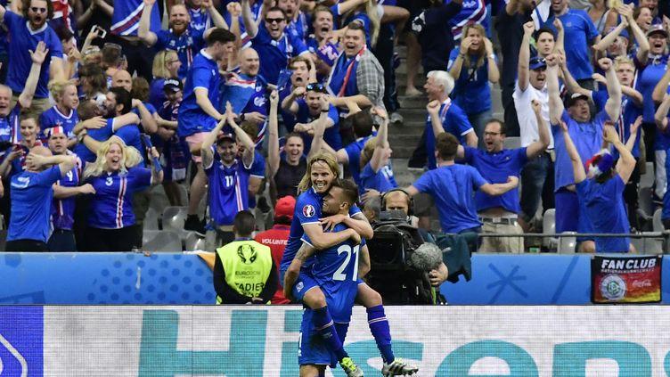 Le milieu islandaisArnor Ingvi Traustason célèbre son but avecBirkir Bjarnason face à l'Autriche le 22 juin 2016, au Stade de France (Seine-Saint-Denis). (TOBIAS SCHWARZ / AFP)