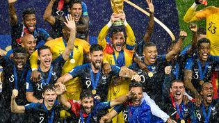 Les joueurs de l'équipe de France de football brandissent la deuxième Coupe du monde de l'histoire du sport tricolore après la victoire en finale face à la Croatie, le 15 juillet 2018 à Moscou. (ALEXANDER NEMENOV / AFP)