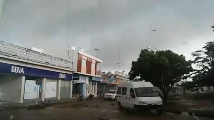 Capture d'écran d'une vidéo Youtube repris à tort au moment du passage de l'ouragan Irma sur les Antilles françaises, le 6 septembre 2017. ((ERNESTO MARTINEZ / YOUTUBE))