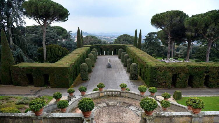 Désormais les allées des jardins du Castel Gandolfo sont ouvertes au public  (VINCENZO PINTO / AFP)