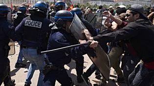 Des policiers affrontant des manifestants, en marge d'un rassemblement hostile à la loi Travail, le 17 mai 2016 à Lyon (Rhône). (JEAN-PHILIPPE KSIAZEK / AFP)