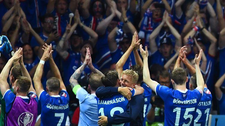 La joie des joueurs islandais après leur qualification en quarts de finale de l'Euro, face à l'Angleterre (2-1), le 27 juin 2016 à Nice (Alpes-Maritimes). (ANNE-CHRISTINE POUJOULAT / AFP)