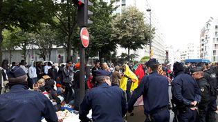L'évacuation d'un camp de fortune abritant plus de 2.000 migrants a été menée dans le calme ce vendredi (RADIO FRANCE / ALICE SERRANO)
