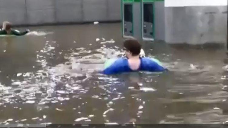 Une gare s'est transformée en piscine après des pluies diluviennes à Uppsala en Suède. (FRANCEINFO)