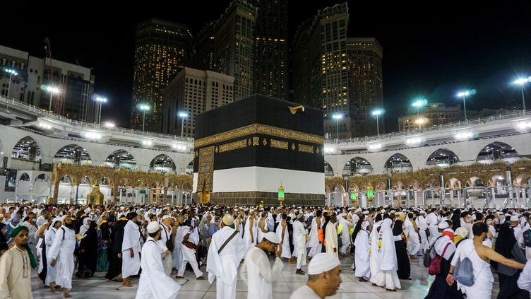 Des fidèles circulent autour de la Kaaba, à la Grande Mosquée de La Mecque, en Arabie saoudite (17 août 2018). Des musulmans du monde entier s'y réunissent pour le hadj, le pèlerinage qui est l'un des cinq piliers de l'islam. (AHMAD AL-RUBAYE / AFP)