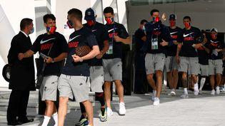 Les joueurs du PSG quittent leur hôtel pour participer à leur entraînement avant le match contre Leipzig, lundi 17 août 2020 à Lisbonne. (FRANCK FIFE / AFP)