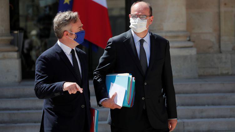 Le Premier ministre Jean Castex (à droite) accompagné du secrétaire d'Etat chargé du Tourisme, des Français de l'étranger et de la Francophonie Jean-Baptiste Lemoyne, le 29 juillet 2020 au palais de l'Elysée, à Paris. (BENOIT TESSIER / REUTERS)