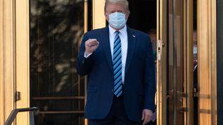 Le président américain Donald Trump à sa sortieduCentre médical militaire Walter Reed,àBethesda(Maryland), le 5 octobre 2020. (SAUL LOEB / AFP)