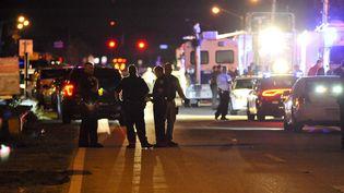 Des policiers bloquent l'accès au lycée Marjory Stoneman Douglas, à Parkland (Floride, Etats-Unis), où un tireur a tué 17 personnes, le 14 février 2018. (GASTON DE CARDENAS / AFP)