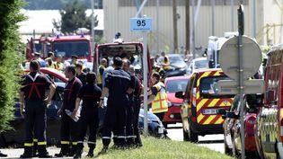 Des pompiers rassmblés aux abords del'usine d'Air Product, situé à Saint-Quentin-Fallavier en Isère, vendredi 26 juin 2015. (PHILIPPE DESMAZES / AFP)