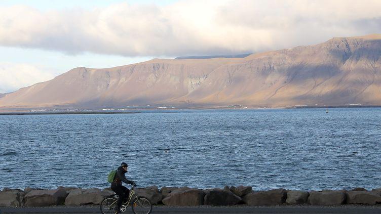 Un cycliste à Reykjavik (Islande). (ARNAUD JOURNOIS / MAXPPP)