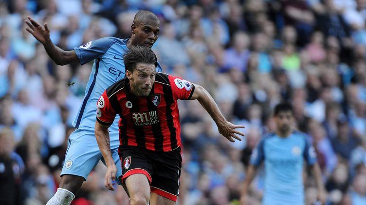 Fernandinho aux prises avec Ary Harter, le joueur de Bournemouth (PETER POWELL / EPA)