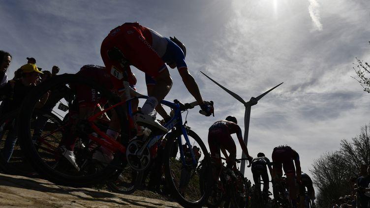 Les coureurs sur Paris-Roubaix 2018. (JEFF PACHOUD / AFP)