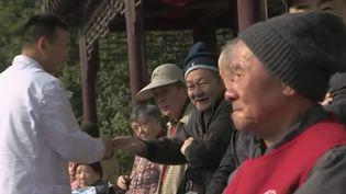 Pour inciter les enfants à aller voir leurs parents, des maisons de retraite ont mis en place un système de bons de réductions en Chine. (France 2)
