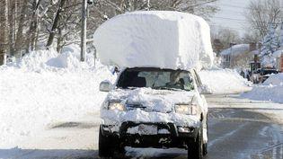 Une voiture croule sous la neige après qu'une tempête historique a enseveli l'état de New York (Etats-Unis), le 19 novembre 2014. (GARY WIEPERT / AP / SIPA)