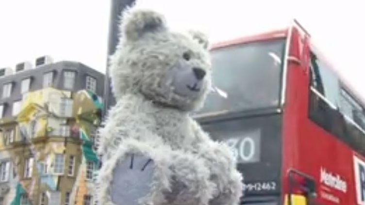 Toby l'ourson tousse lorsqu'il y a trop de pollution à Londres. (France 2)