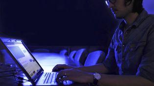 Deux hommes ont été interpellésaprès la diffusion sur les réseaux sociaux de la vidéo d'un viol, le 3 janvier 2016. (BILL HINTON / MOMENT MOBILE ED / GETTY IMAGES)